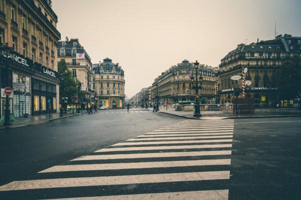 町の交差点と横断歩道