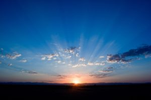 雲の間から日が登る