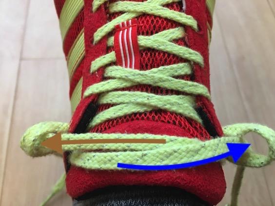 左右の紐を反対側の輪の中へ