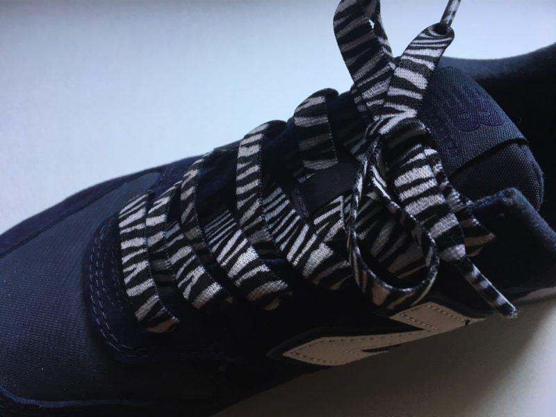 セリア伸びる靴紐ゼブラを通したシューズ