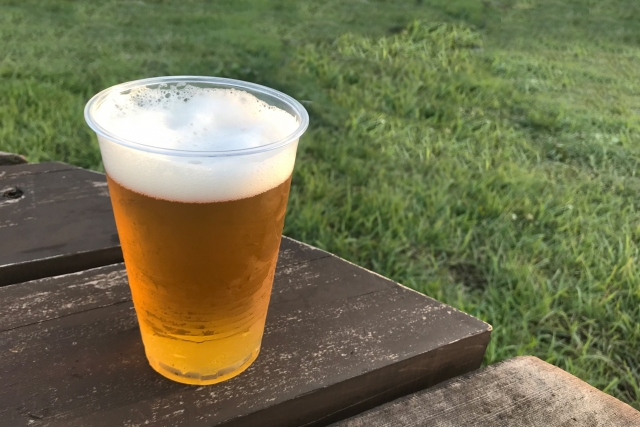野外でビール