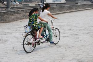 タンデム自転車を二人でこぐ