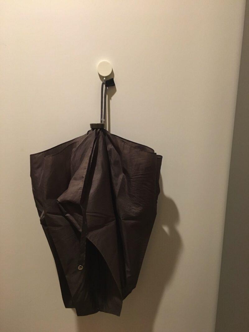 折り畳み傘をフックにかける