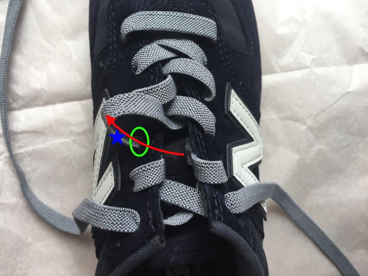 靴紐を引く03