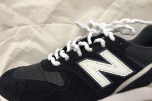 ほどけにくい靴紐を通した靴 横から