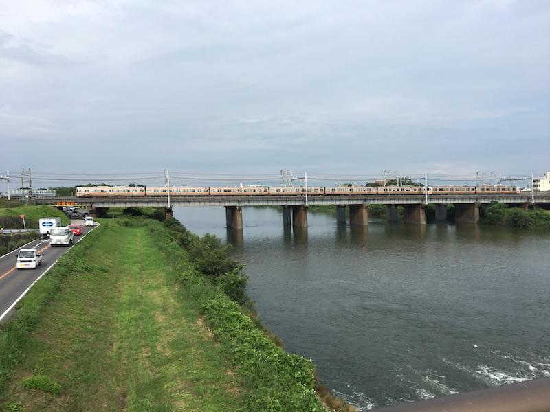 枇杷島橋の左側