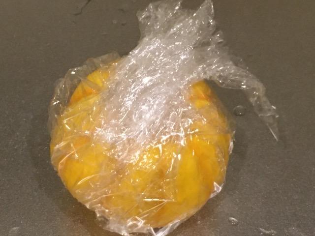 プッチーニかぼちゃをラップで包む
