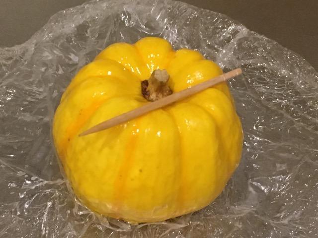 レンチンしたプッチーニかぼちゃとつまようじ