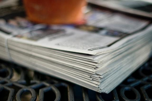 積み重なった新聞紙