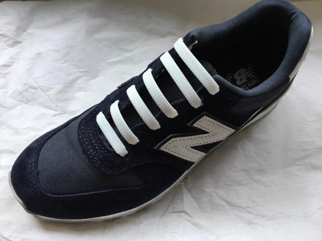 ダイソー結ばない靴紐を取り付けたスニーカー