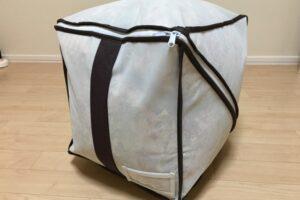 羽毛布団を入れたキューブ型布団収納袋を横から見る