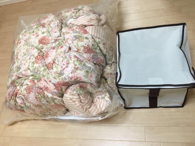 現状の圧縮袋に入りきらない羽毛布団と収納袋の大きさ比較