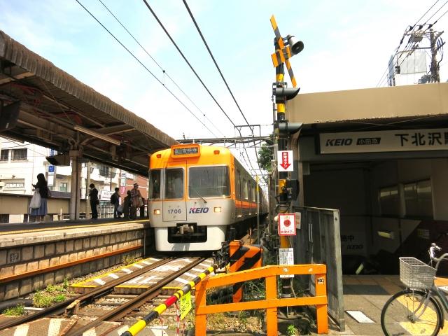 京王線が駅に停車中