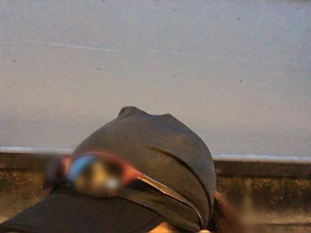 ヘッドバンドキャップの上にサングラスを乗せて