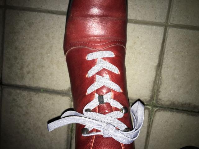 ブーツの靴紐を少し緩めに締めた状態