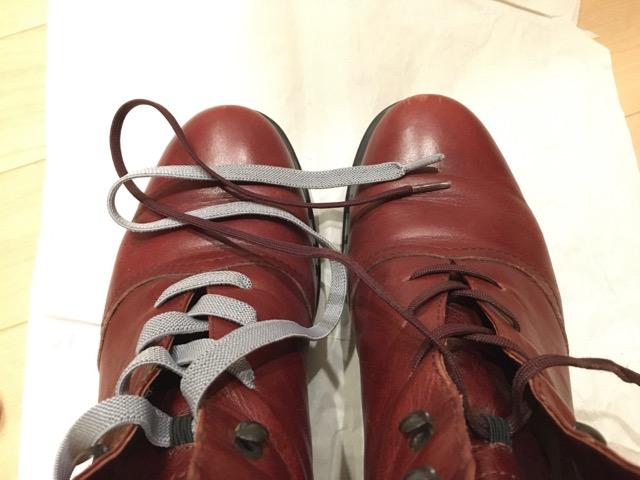 革のブーツ、左は伸びる靴紐、右は元からの靴紐