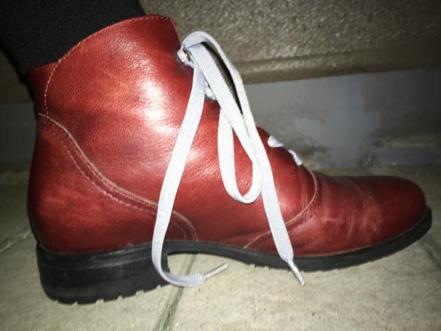 革靴ブーツミドルカットに伸びる靴紐を通した状態、横から