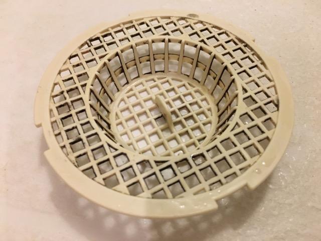 お風呂の排水溝ゴミ受け表面、掃除前