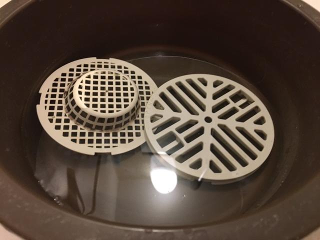 洗面器にお湯を張って排水溝の蓋とゴミ受けを入れる