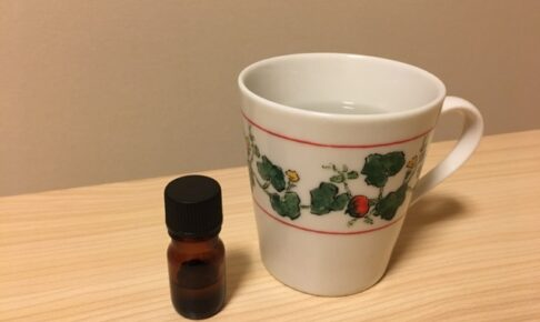 ハッカ油の小瓶とマグカップ