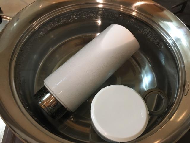 ステ鍋にお湯を沸かしてステンレス水筒本体、蓋、ゴムパッキンを投入