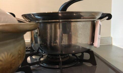ステンレス鍋の横に磁石でキッチンタイマーがくっついた